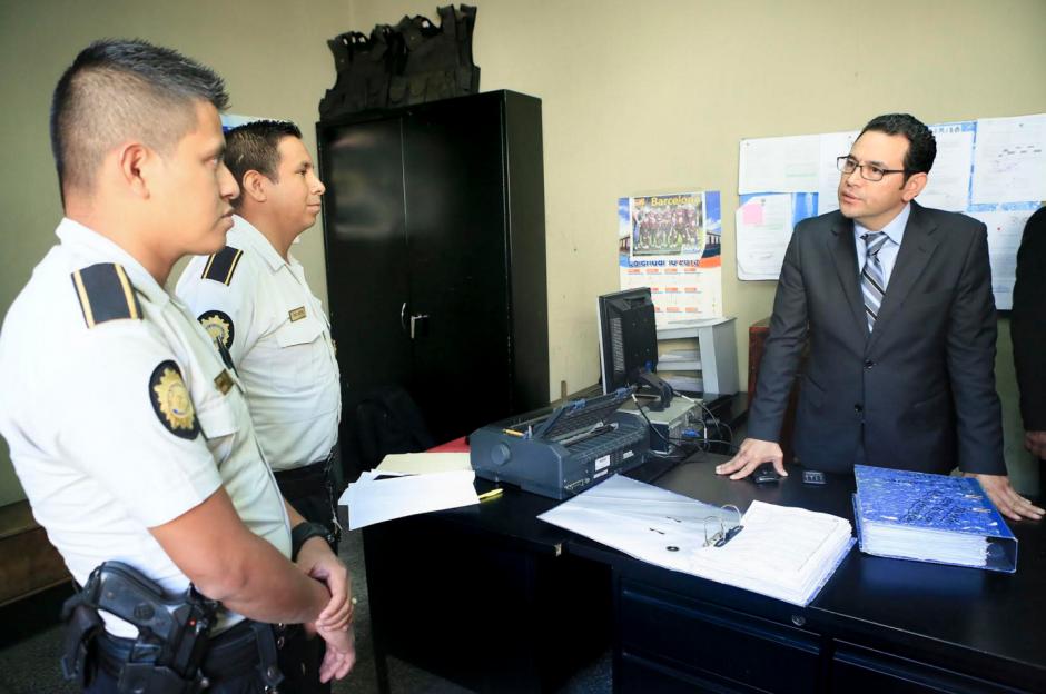 En Amatitlán, el presidente Morales habló con los agentes de PNC. (Presidencia)
