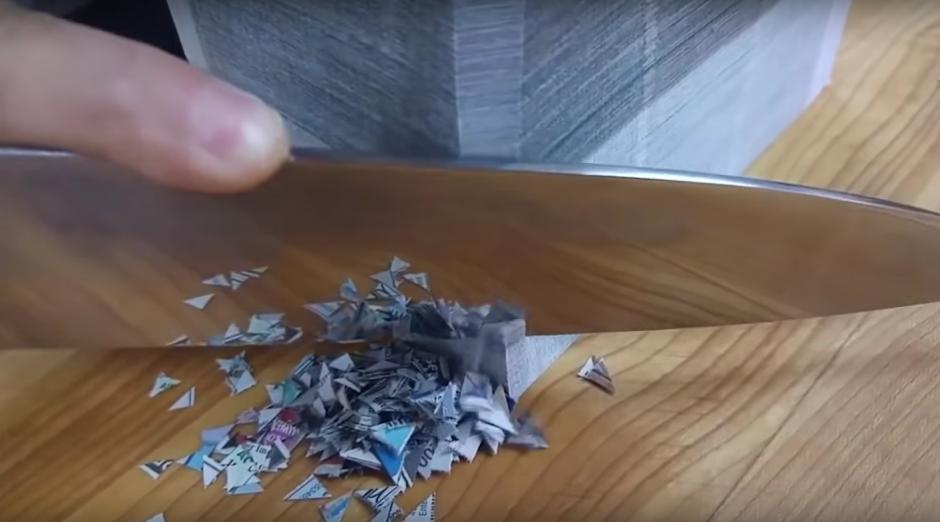 El perfecto corte de un bloque de papel periódico. (Imagen: Captura de YouTube)