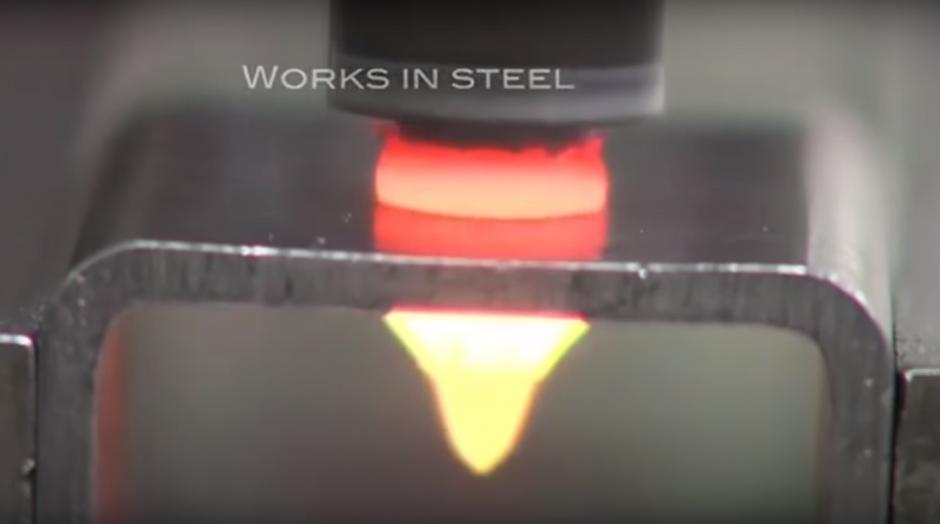 La impresionante penetración de un objeto caliente dentro del metal. (Imagen: Captura de YouTube)