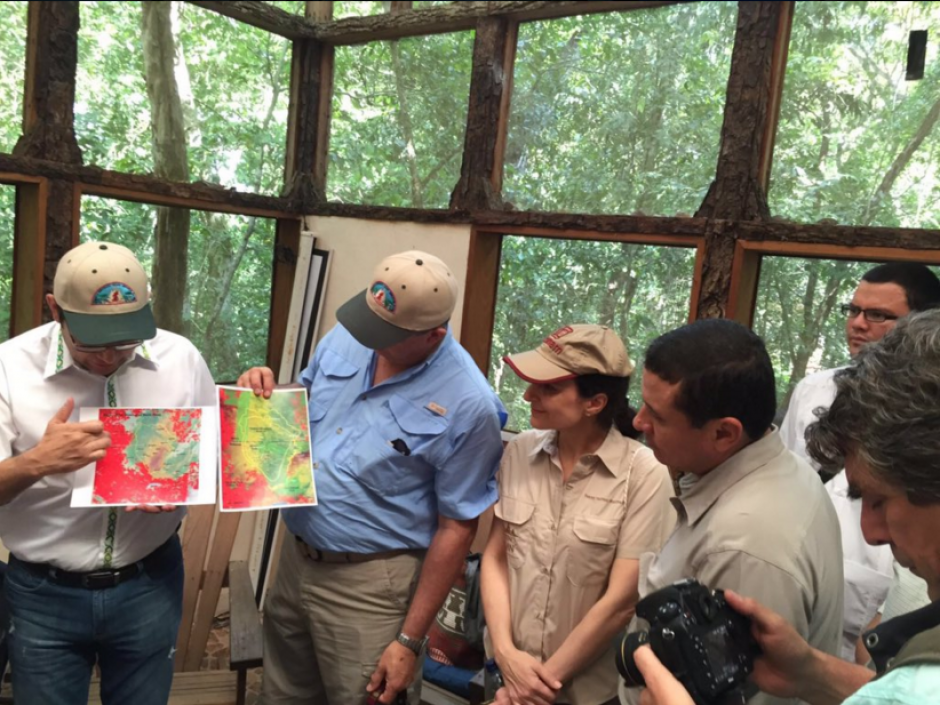 El mandatario comparte con su homólogo guatemalteco Jimmy Morales. (Foto: Presidencia Guatemala)
