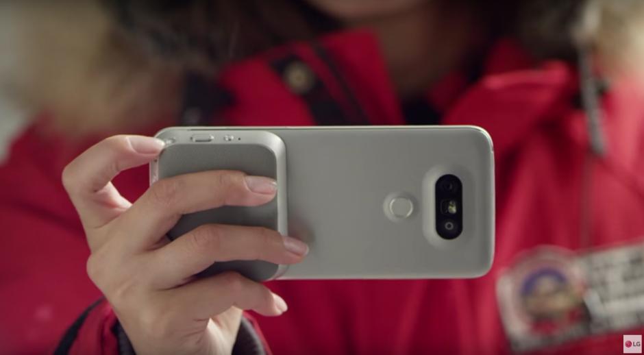 Al G5 se le pueden intercambiar diferentes módulos para mejorar el uso de la cámara o el sonido. (Imagen: Captura de YouTube)