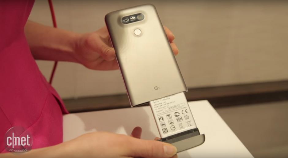 El G5 de LG cuenta con una batería extraíble. (Imagen: Captura de YouTube)