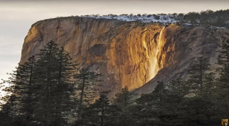 Este fenómeno natural es conocido como cascada de fuego. (Imagen: Captura de YouTube)