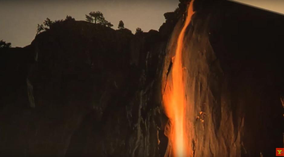 El espectáculo natural da la ilusión de lava deslizándose por un volcán en erupción. (Imagen: Captura de YouTube)