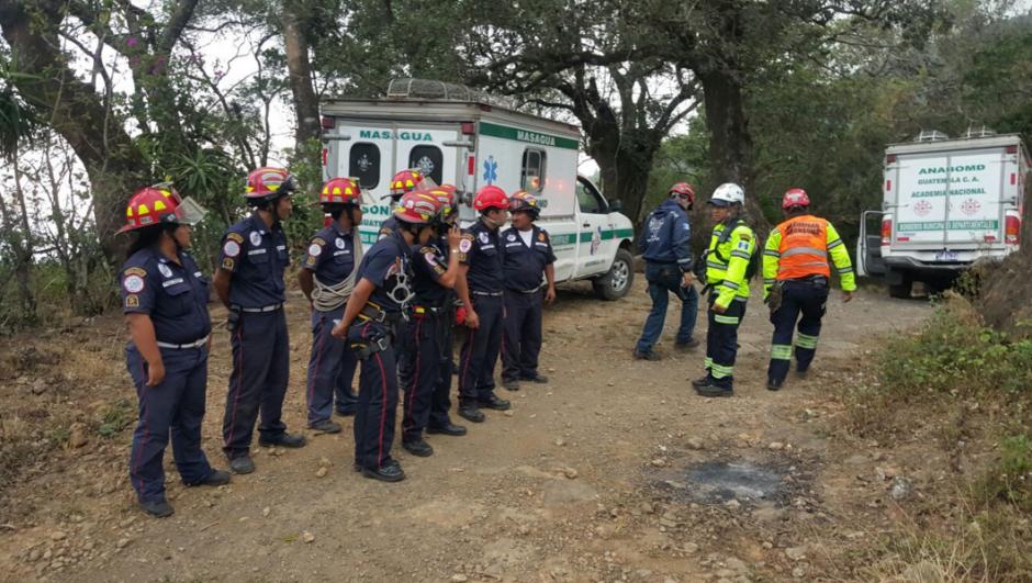 Las unidades de rescate ascienden las faldas del volcán de Agua donde se reportó el accidente.  (Foto: Bomberos Departamentales)