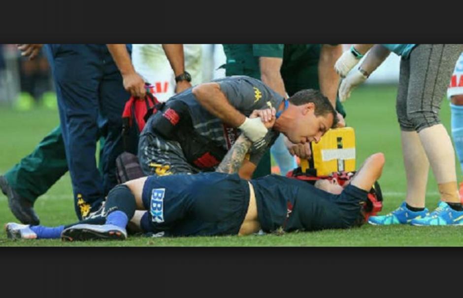 El jugador se lamenta en el terreno de juego previo a ser atendido. (Foto: lavozdegalicia.es)