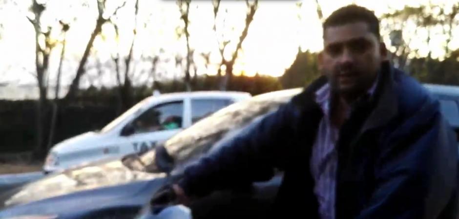 Cuando observa que lo grababan, se enfrentó con el piloto del carro. (Foto: captura de Twitter)