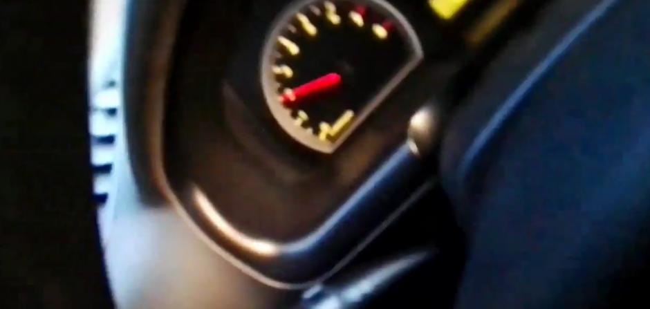 El piloto del carro termina su video, enfocando el tablero del carro. (Foto: captura de Twitter)