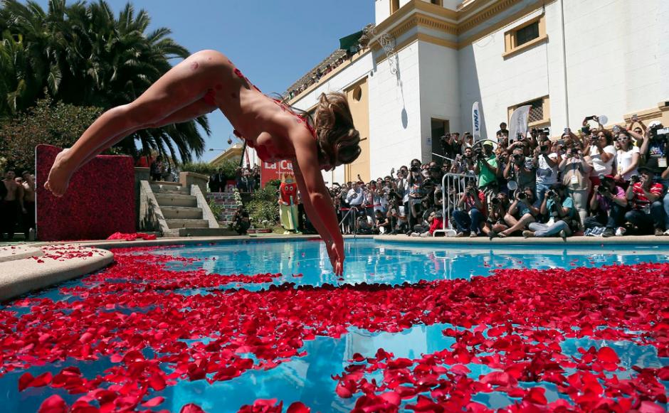"""""""Luli"""" se lanzó a la piscina luciendo un bikini hecho de pétalos de rosas. (Foto: Emol)"""