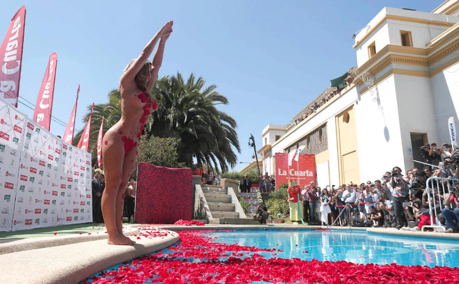 """La modelo Nicole """"Luli"""" Moreno, la reina del Festival Viña del Mar 2016, cumplió con el tradicional piscinazo. (Foto: Emol)"""