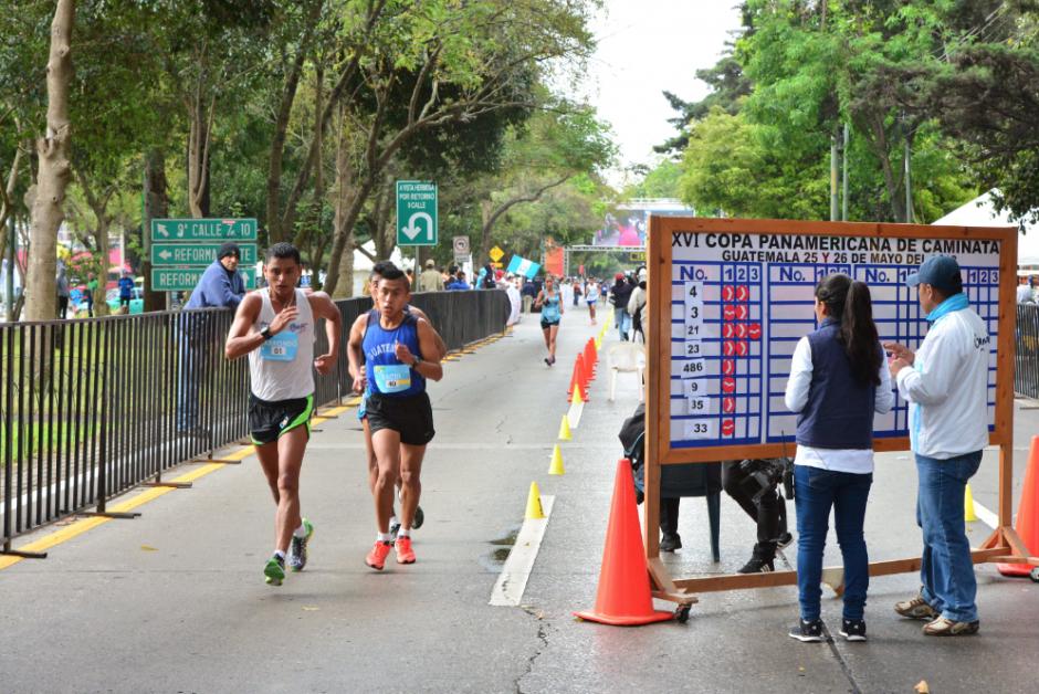 Los marchistas durante su recorrido, a un costado el marcador donde se anotan las amonestaciones.  (Foto: Jesús Alfonso/Soy502)