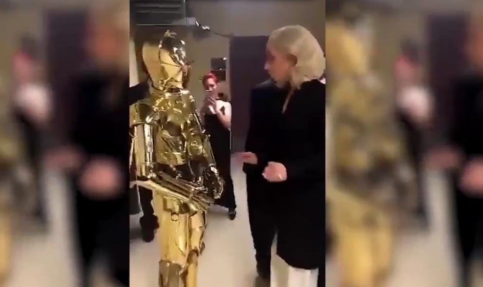 Lady Gaga se encuentra a C-3PO en los premios Óscar 2016. (Imagen: Twitter)