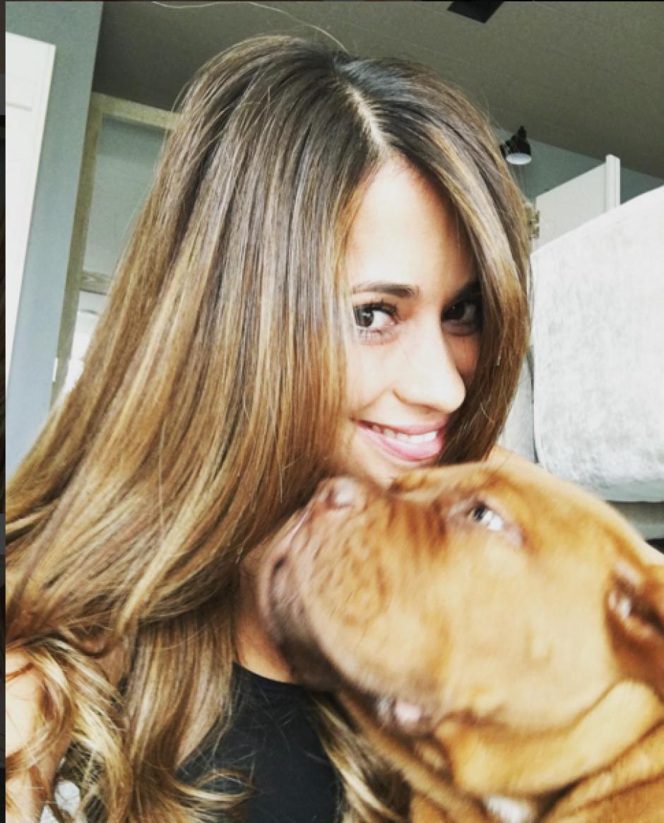 Antonella posa con el perro que le regaló a Leo Messi. (Foto: Instagram/antoroccuzzo88)