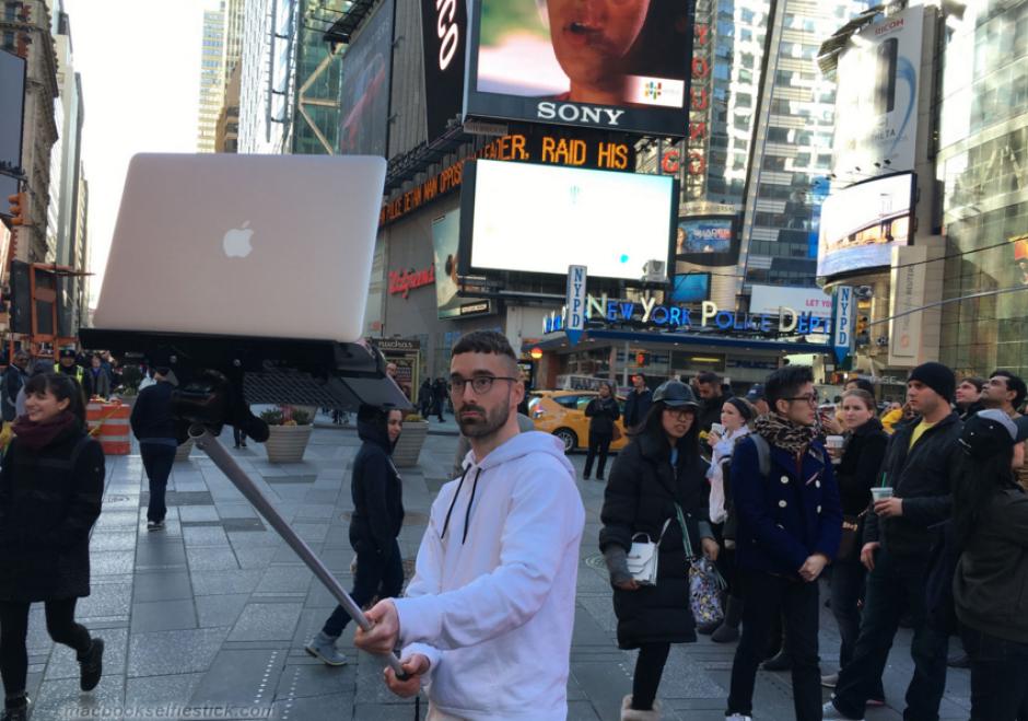 La obsesión por tomarse una selfie no tiene límites. (Foto: macbookselfiestick.com)