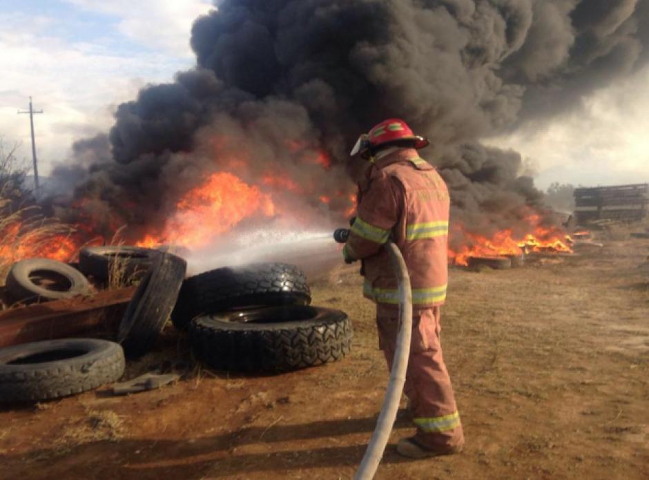 Los Bomberos Municipales trabajaron durante varios minutos para controlar las llamas. (Foto: Bomberos Municipales)