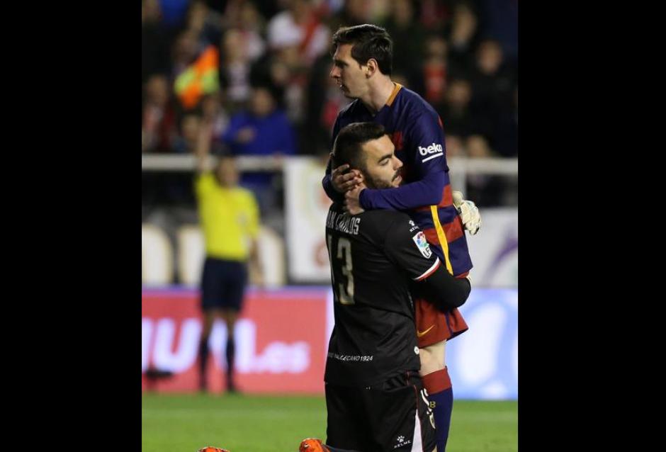 Durante el encuentro al minuto 9 el arquero se tira a abrazar a Messi. (foto: Mundo Deportivo)