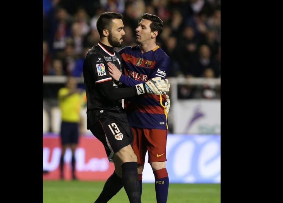 El portero Juan Carlos Martín abraza a Messi del Barcelona. (Foto: Mundo Deportivo)
