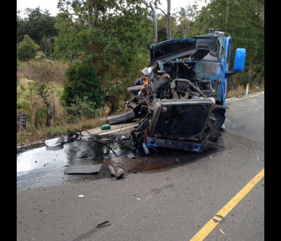 Así quedó el camión que se incendió la tarde de este viernes.  (Foto: Santos Dalia/Tránsito PNC)