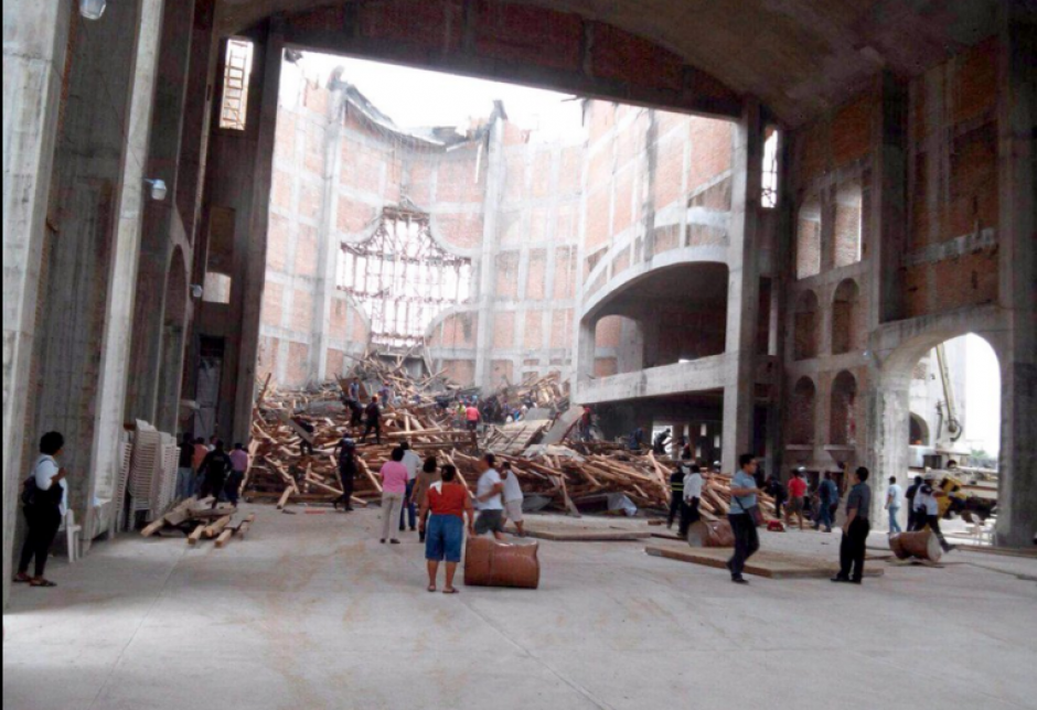 El derrumbe de un andamio en la construcción de una catedral en Oaxaca dejó como saldo cuatro muertos. (Foto: Univisión)
