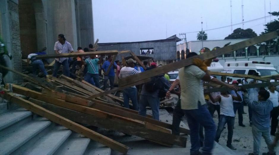 Los treinta de albañiles que trabajaban en el lugar cayeron de la estructura.  (Foto: Univisión)