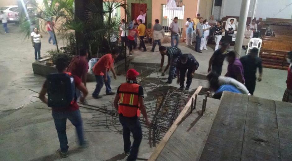 Varias personas se dedicaron a retirar los escombros para ayudar a los heridos. (Foto: Univisión)
