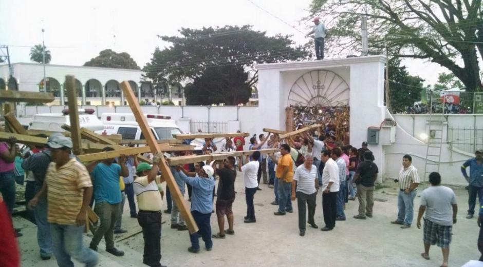 En un primer momento, las autoridades hablaron de tres fallecidos, seis desaparecidos y una veintena de heridos por el desplome del techo de la catedral. (Foto: Univisión)