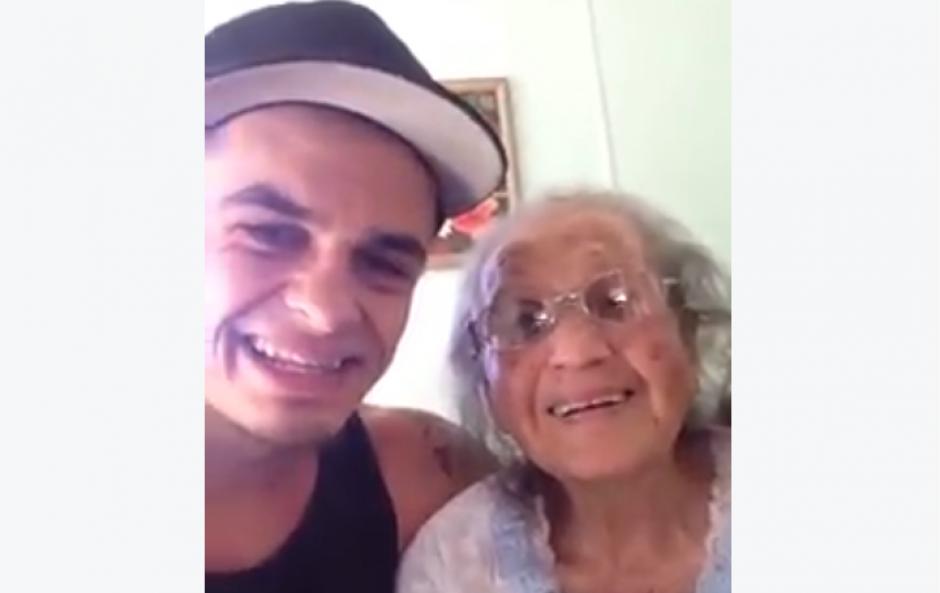 Un joven pasa tiempo con su abuela. (Foto: Jarryd Stoneman/Facebook)
