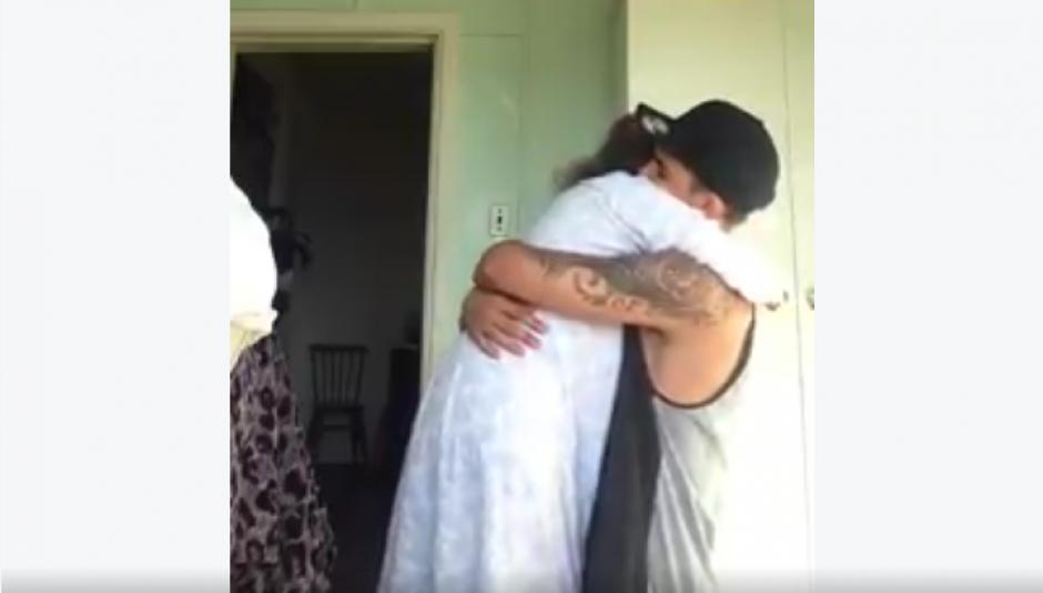 El chico le da un caluroso abrazo a su abuela. (Foto: Jarryd Stoneman/Facebook)
