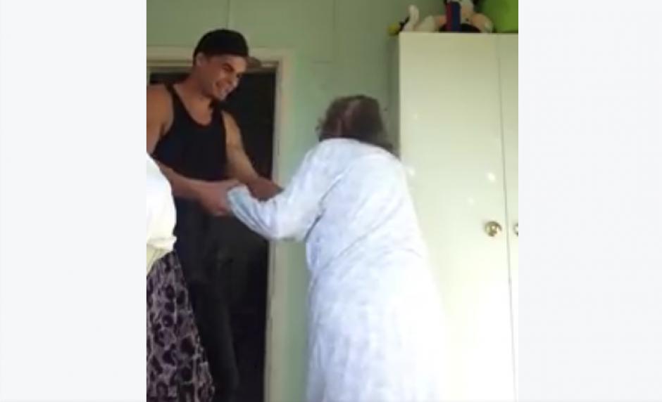 El joven graba un video del baile y lo comparte en Facebook. (Foto: Jarryd Stoneman/Facebook)