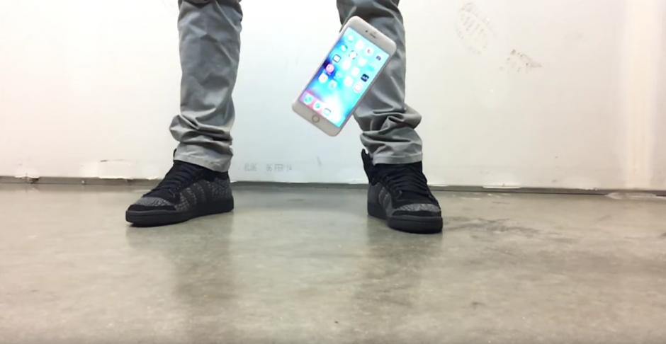 Ambos dispositivos son lanzados desde la misma distancia al suelo. (Imagen: YouTube/EverythingApplePro)