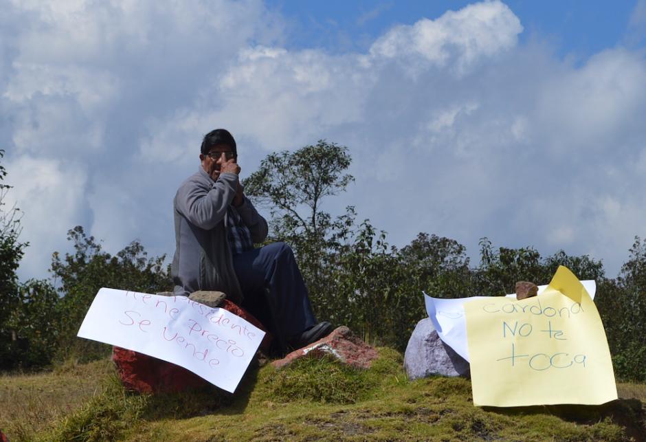 Con pancartas los pobladores bloquearon varios accesos a la cabecera departamental. (Foto: Hugo Barrios/Nuestro Diario)