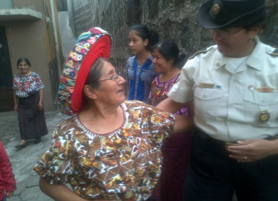 Desde temprano los agentes rindieron homenaje en el día de su cumpleaños y el Día Internacional de la Mujer. (Foto: PNC)