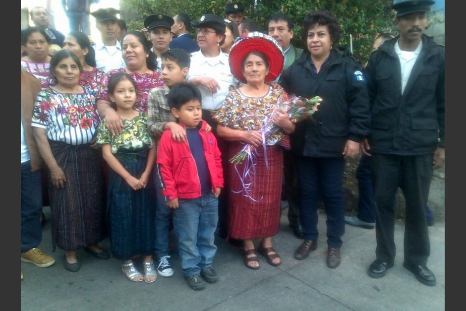 La Policía Nacional Civil (PNC) le realizó un homenaje a Concepción Ramírez Mendoza a sus 74 años. (Foto: PNC)