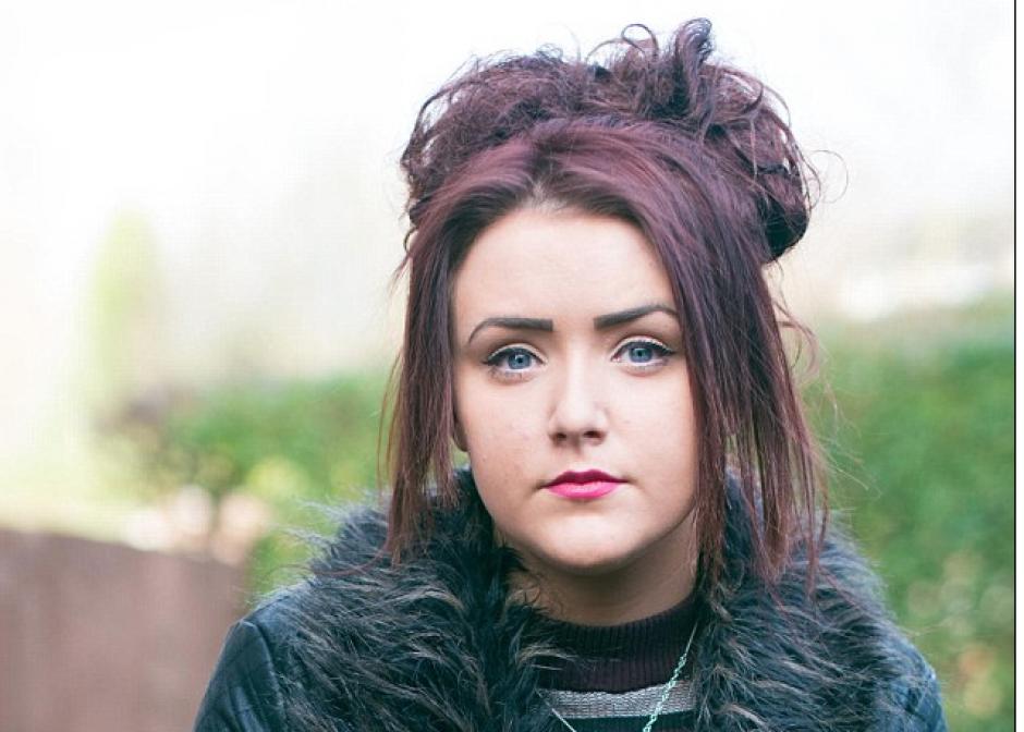 La adolescente de 17 años no puede llevar una vida normal. (Foto: DailyMail)