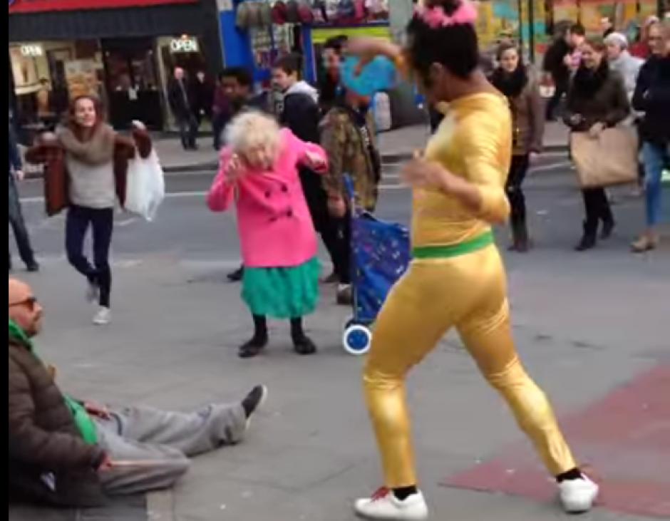 Esta señora demostró que para bailar no importa la edad. (Imagen: Ezda Beevers)