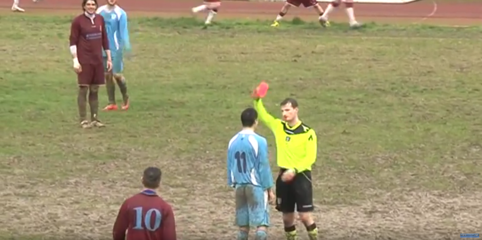 El árbitro le saca tarjeta roja a un jugador. (Foto: Forzazzurri 1926/ YouTube)