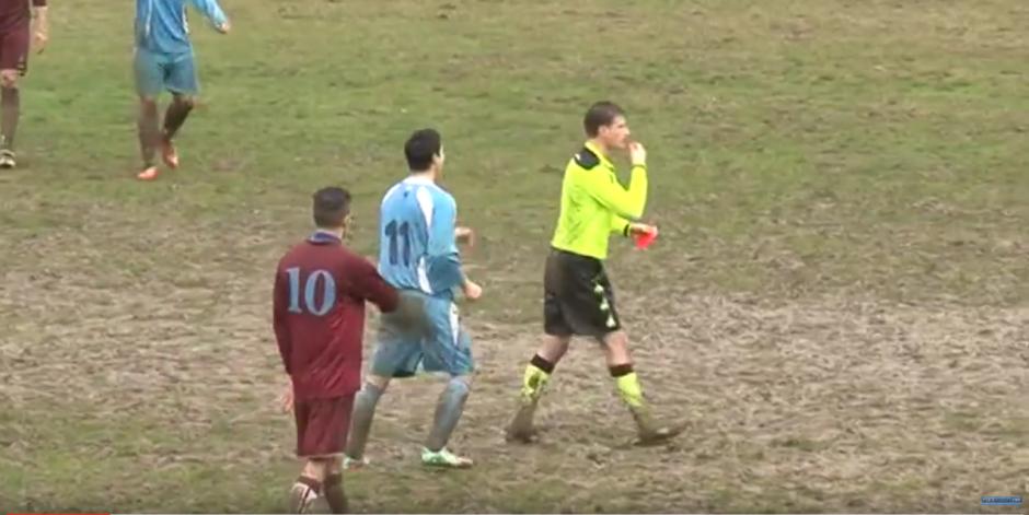 El jugador se enfada por la tarjeta roja. (Foto: Forzazzurri 1926/ YouTube)