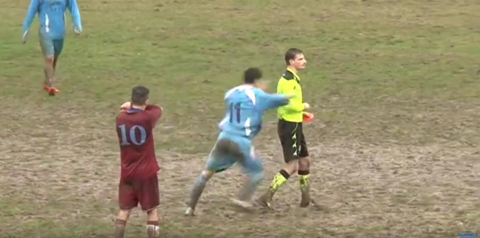 El jugador le da una patada al árbitro. (Foto: Forzazzurri 1926/ YouTube)