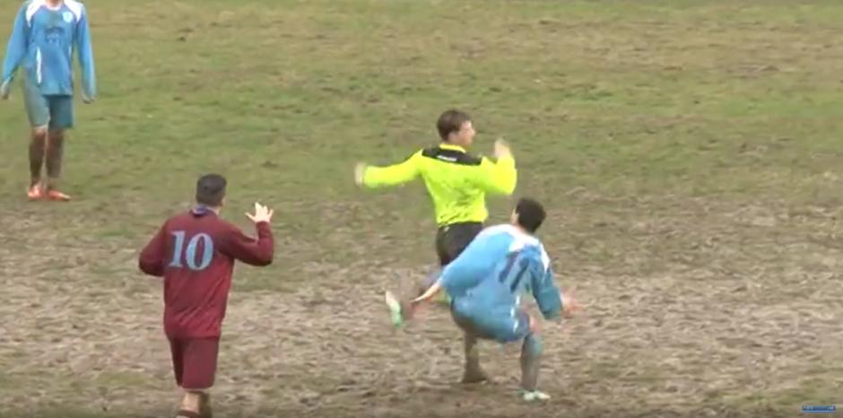 El jugador busca que el árbitro se enfrente a él. (Foto: Forzazzurri 1926/ YouTube)