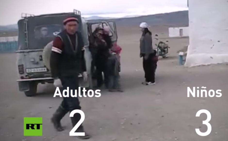 Un curioso video muestra cuántas personas caben en un viejo automóvil de la Unión Soviética
