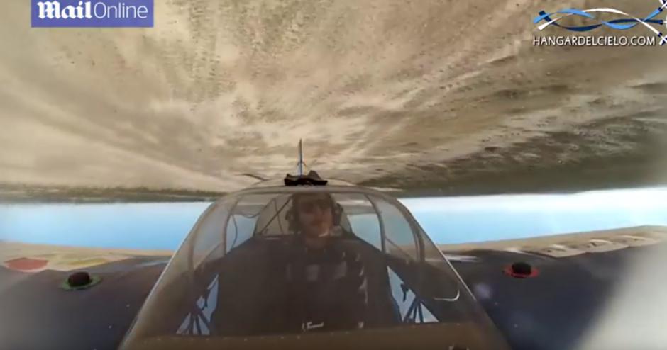 Una cámara instalada en el avión permite ver las acrobacias. (Imagen: British Mania)