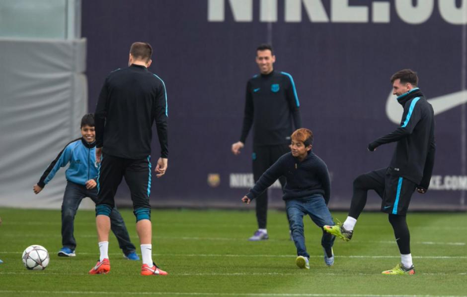 También jugaron fútbol con las estrellas de Barcelona.  (Foto: Twitter/@LigaDeCampeones)