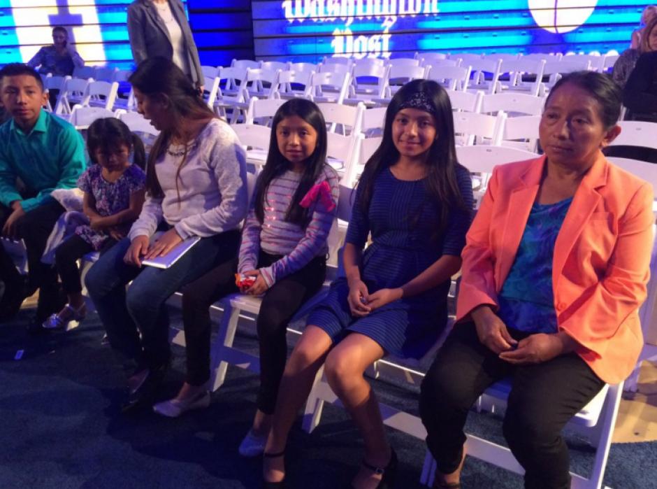 Lucía Quiej con sus cinco hijos escuchó el discurso de Hilary Clinton. (Foto: Univisión)