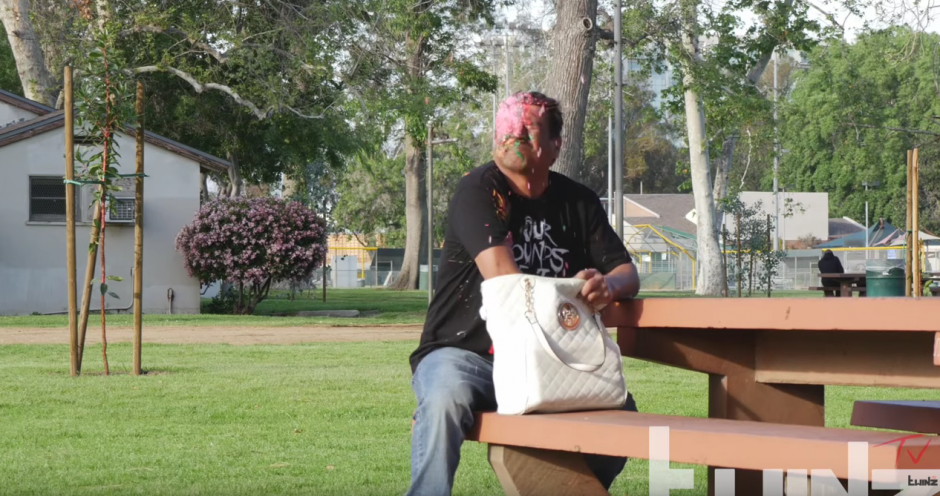 Se roba una bolsa y se lleva una sorpresa. (Foto: TwinzTV /YouTube)