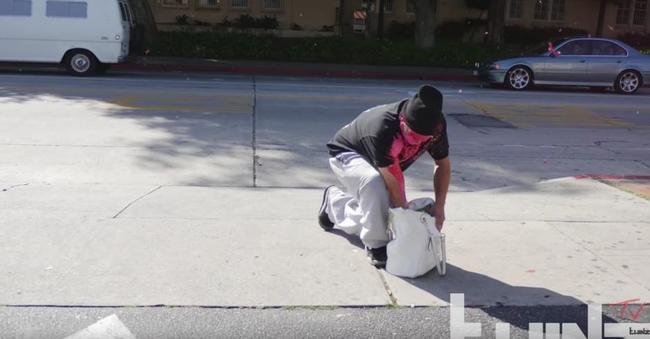 Abre una bolsa de otra personas y le explota una bomba de pintura. (Foto: TwinzTV /YouTube)