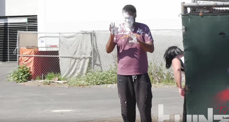 Al abrir la bolsa ajena explota una bomba de pintura. (Foto: TwinzTV /YouTube)