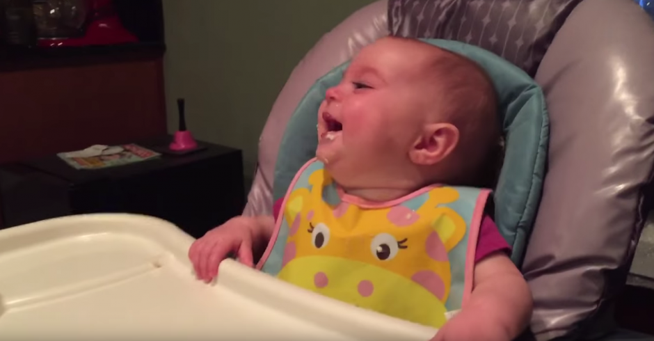 (La bebé ríe al ver a su padre comer. Foto: Jayson Avner/YouTube)