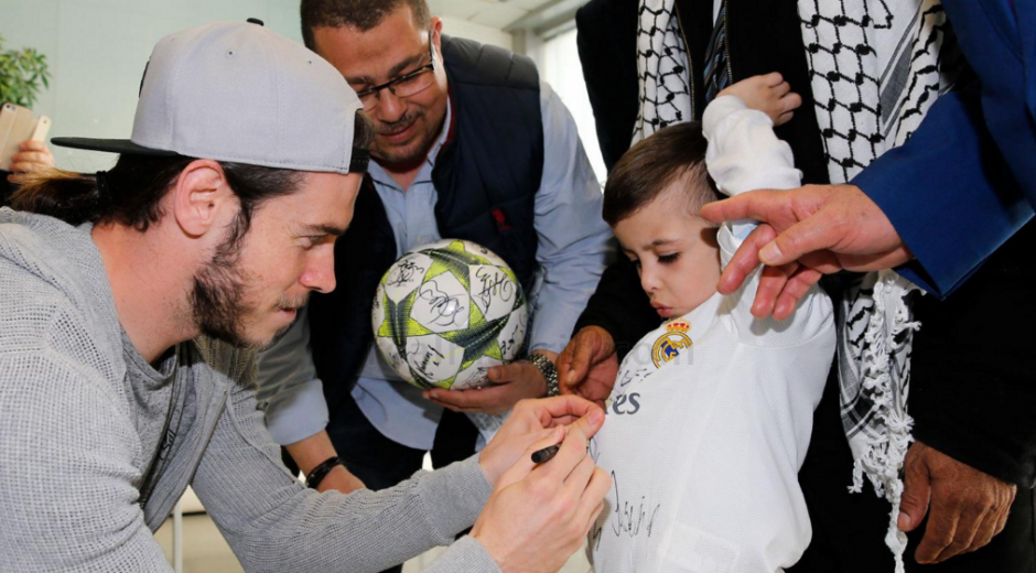 La plantilla del Real Madrid, firmó la camisola de Ahmad. (Foto: Real Madrid)