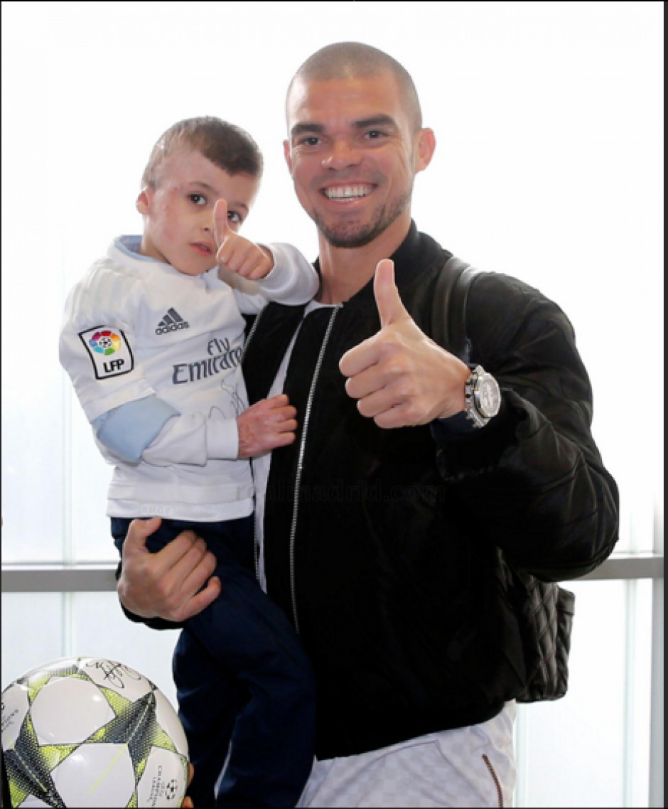El pequeño Ahmad junto a Pepe. (Foto: Real Madrid)