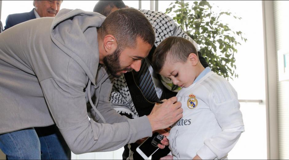 Benzema estampó su firma en la camisola de Ahmad. (Foto: Real Madrid)